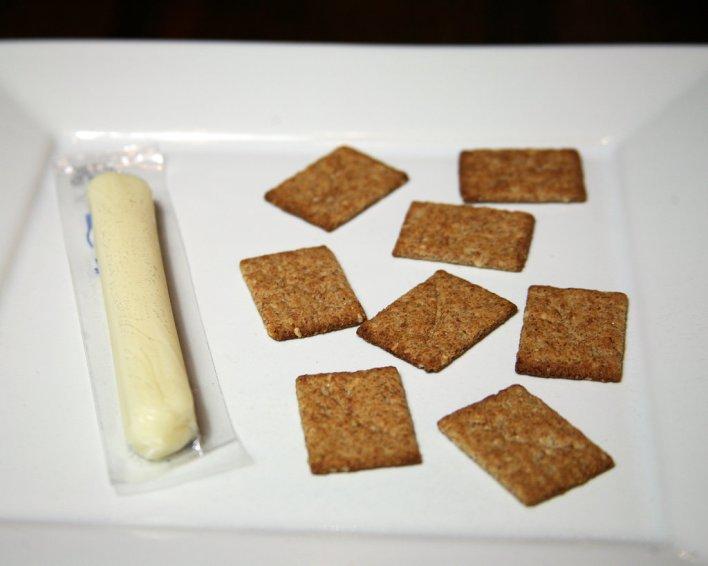 الجبن و البسكويت