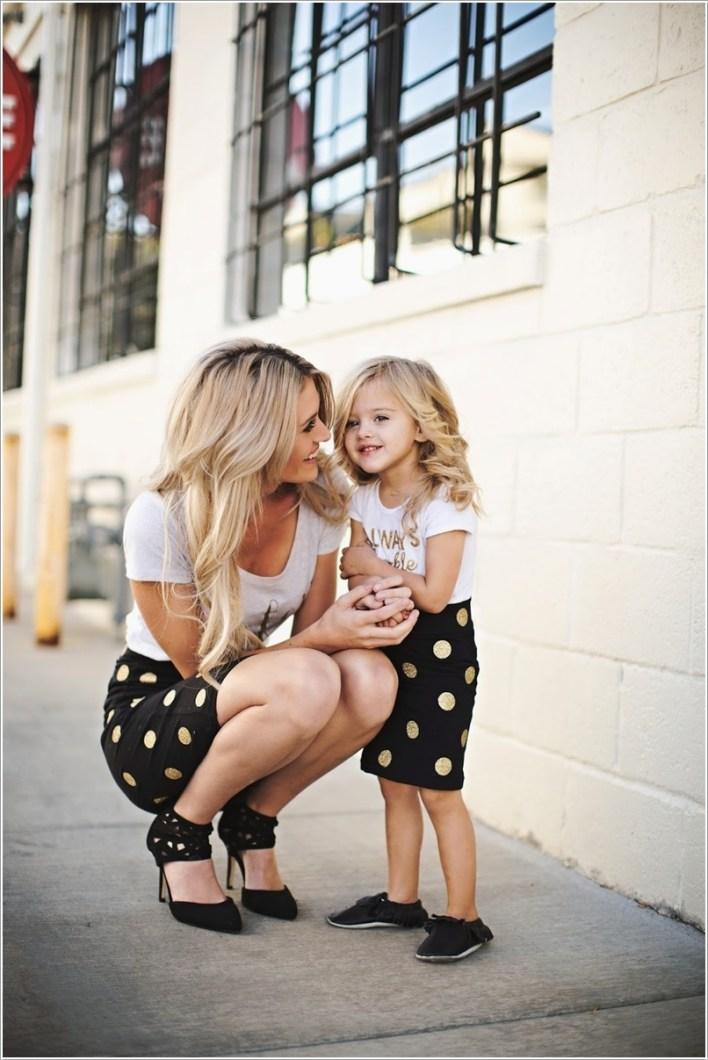 تي شيرت بيضاء مع تنورة منقطة باللون الذهبي