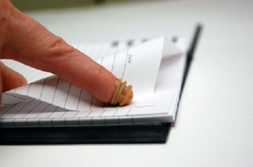 استخدمي الشريط المطاطي اثناء التصفح الكتب
