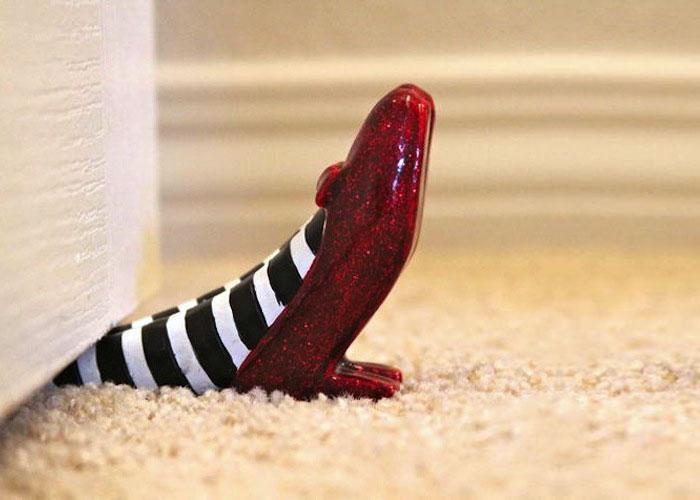 حذاء أحمر اللون