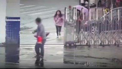 مقطع طريف .. لص يسرق هاتف فتاة ويهرب لداخل مركز شرطة