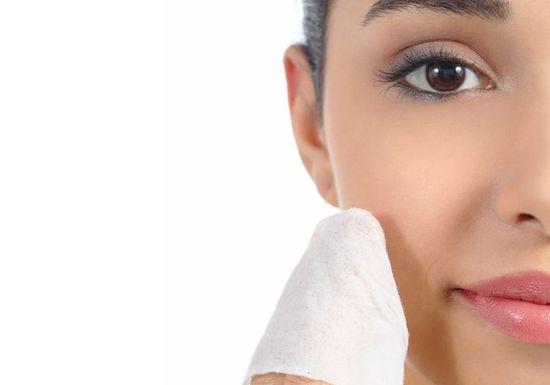 المناديل المبللة .. خطر يهدد صحة بشرتنا ويعرضنا للشيخوخة المبكرة