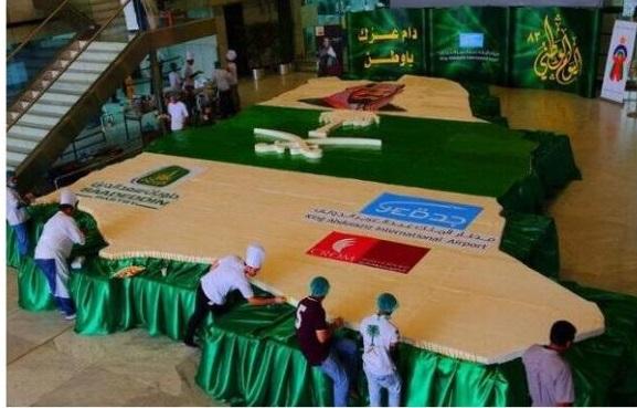 مطار جدة يحتفل باليوم الوطني بصناعة أكبر قالب كيك في العالم