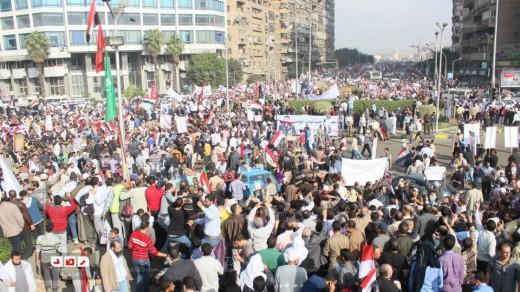 مصرية مسيحية تسلم أمام متظاهري مليونية الشرعية والشريعة