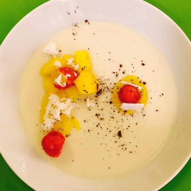 Panna cotta van kokosmelk met mango en passievruchten