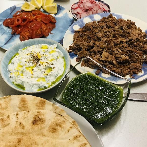 Broodje warm vlees met toppings uit het Midden-Oosten