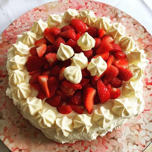Schuimtaart met slagroom en aardbeien