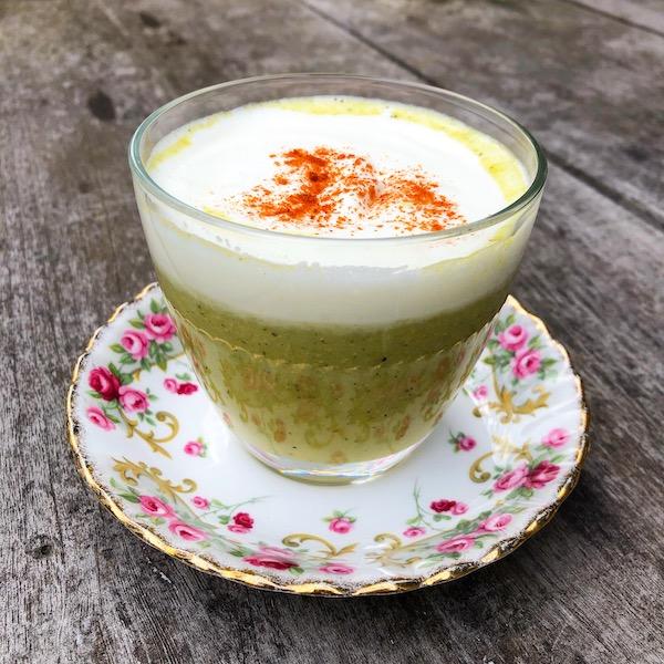 Romige courgette-maissoep met groene curry