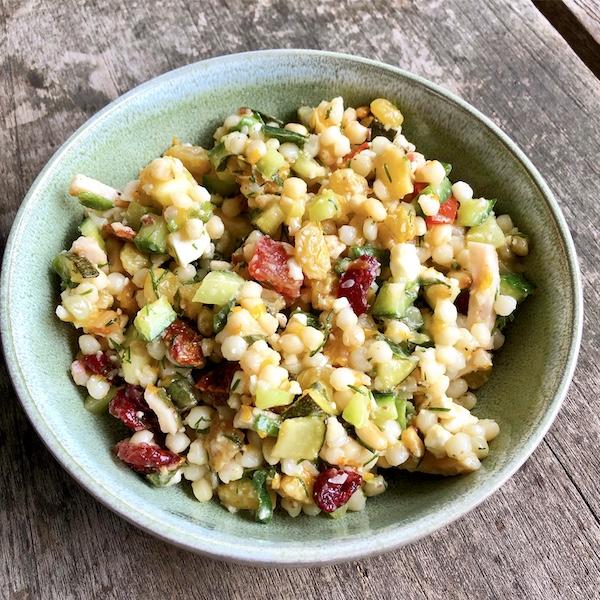 Zomerse salade van parelcouscous