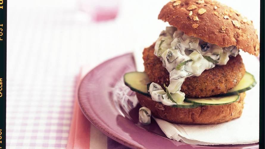Griekse groenteburger met komkommersalade