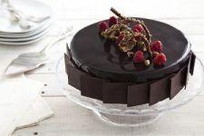 עוגת מוס שוקולד, פיסטוק ופטל. צילום: אסף אמברם