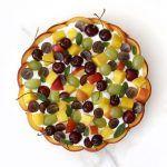טארט קוקוס וליים עם קרם יוגורט ופירות טריים
