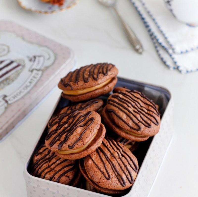 עוגיות שוקולד במילוי קרם קפה