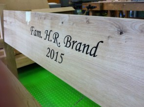 Tekst in houtenbankjes