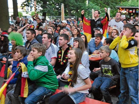 Gleich welcher Nation die Gäste des Waldfestes angehörten: Gemeinsam fieberten sie am Samstag mit der deutschen Nationalelf.