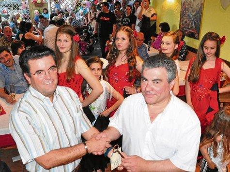 Luis Galvez und Juan Alvarez bei der Eröffnung des neuen Vereinsheims der Spanier.