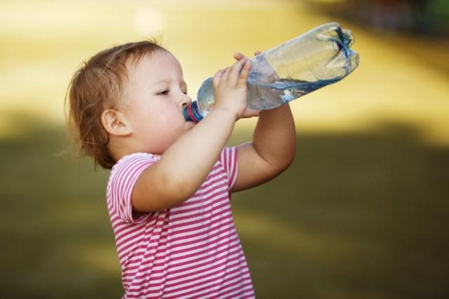 Bebê bebendo água