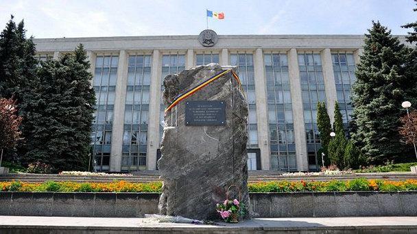 Мемориальный камень «В память жертв советской оккупации и тоталитарного коммунистического режима» в Кишиневе (фото)