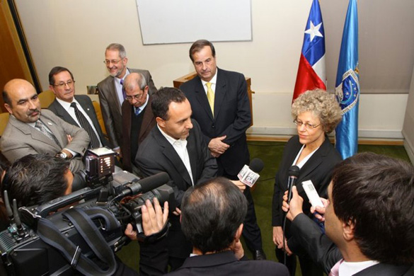 Leslie Kean being interviewed by Chilean media during a visit in 2012. General Bermúdez stands to her right. (Credit: DGAC)