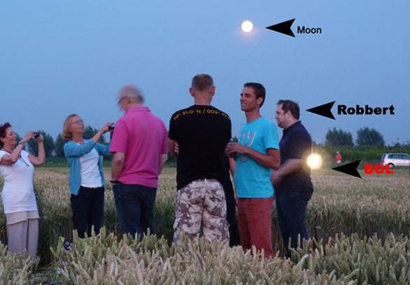 """Brillante amarillo bola de luz (""""BOL""""), que no se ve por el fotógrafo, aparece en la foto de Robbert y visitantes a esta formación de 21 de julio.  Foto: Jeanne Stolzenbach."""