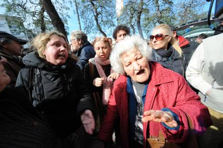 """Redazione di Operai contro, quando nella Chiesa di San Pietro e Paolo di Civitanova Marche sono arrivati i feretri dei tre anziani assassinati dallo stato dei padroni, si sono levate numerose grida dalla folla presente: """"Questo è un omicidio di Stato"""", """"Omicidio della politica"""", """"Ladri"""", """"Vergogna"""" e """"Neanche gli animali sono trattati così"""". La presidente della Camera, Laura Boldrini ( la donna da 20000 euro al mese), è andata al funerale a provocare i poveri cristi. Il presidente della Repubblica Giorgio Napolitano è """"molto provato"""": lo ha riferito il presidente della Regione Marche Gian Mario Spacca. Napolitano era stanco […]"""
