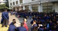 """Redazione di Operai Contro, 2015/02/09 Migliaia di metalmeccanici nella città centrale cinese di Wugang scesi in sciopero il fine settimana per rivendicare salari più alti, sono stati affrontati da circa 300 poliziotti che hanno picchiato gli scioperanti e arrestato gli organizzatori dello sciopero. Lo sciopero alla fabbrica statale Wuyang Iron and Steel Co., nella provincia di Henan ha avuto inizio il Venerdì l'adesione ha raggiunto al suo apice quasi 10.000 operai, che hanno bloccato le strade srotolando striscioni chiedendo una retribuzione più elevata e un migliore funzionamento dei trasporti.. """"C'è stato uno sciopero degli operai della fabbrica di acciaio […]"""