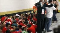 CRONACA Mentre le TV riportartano solo le telecronache delle partite. In Brasile continuano le proteste. Il centro stampa di una grande manifestazione sportiva, nello specifico la sala stampa del Maracanà, è stato invaso. Nel fuggi fuggi iniziale alcuni reporter sono stati colpiti. Il gruppo di 'barras bravas' in maglia cilena faceva parte di quei gruppi di supporter della 'Roja' sudamericana arrivati a Rio senza biglietto ma che pretendevano ugualmente di assistere alla partita. Circolavano da ore nei dintorni dello stadio e, approfittando di un momento (non così breve…) di distrazione degli addetti di sicurezza, gli stessi che fanno passare […]