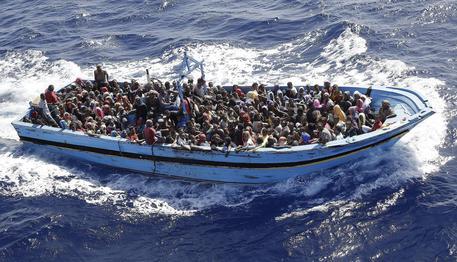 """Caro Operai Contro, il Commissario europeo per l'immigrazione Dimitris Avramapoulus, ha annunciato che l'Italia riceverà 13,7 miliardi di euro, per l'operazione Triton sotto l'egida dell'agenzia Frontex, che come deciso dall'Europa stessa, ha sostituito Mare Nostrum. Una decisone, fa sapere in un suo comunicato Amnesty International, che """" non offre soluzioni concrete per proteggere e salvare vite umane """". L'operazione Triton proseguirà """"almeno"""" fino alla fine del 2015, ma precisa ancora Amnesty International: """" Estendere l'operazione Triton senza accrescere i suoi mezzi e l'area delle operazioni, non cambia molto """". Il genocidio di immigrati nel mar Mediterraneo, è finanziato e […]"""