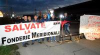 Redazione di Operai Contro Lo scorso ottobre la multinazionale Ceca Dt ha licenziato in tronco i 100 operai della Bari Fonderie Meridionali, fabbrica siderurgica barese produttrice di scambi ferroviari. Dopo poco più di un mese di presidio degli operai davanti alla fabbrica i sindacati firmarono con la proprietà e la Regione Puglia un accordo che assegnava agli operai subito 1.000 euro e li metteva in cassa integrazione per alcuni mesi, poi convinsero gli operai ad accettare l'accordo e ad abbandonare il presidio. Con la prospettiva fantasma di ritornare al lavoro abbastanza presto perché la Regione diceva di avere il […]