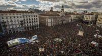 """redazione, mentre i padroni italiani ripescano Mattarella un DC doc. In spagna le cose vanno diversamente Decine di migliaia di persone sono scesi in piazza Madrid per una manifestazione organizzata da Podemos ormai ribattezzata la """"Marcia del cambiamento"""". Un'iniziativa che non ha come obiettivo """"protestare, né chiedere niente al governo"""", ma di segnare l'inizio di un cambiamento """"irreversibile"""" ed """"inarrestabile"""". """"Si tratta – aveva annunciato il leader del partito, il 36enne professore Pablo Iglesias – di una mobilitazione per dire che nel 2015 ci sarà un governo del popolo""""I sostenitori di Podemos, partito di sinistra radicale spagnola, sono arrivati […]"""