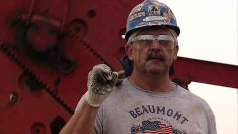 Redazione di OperaiContro, prosegue a testa alta la lotta degli operai del settore petrolifero negli Stati Uniti d'America, capaci di incidere direttamente ed allargarsi anche in alcuni impianti del settore chimico della Federazione. Nella serata di giovedì 19 febbraio sono saltate per la sesta volta le trattative intavolate dalla United Steel Workers (USW) con la maggiore delle compagnie coinvolte, il colosso multinazionale SHELL. Il sindacato prosegue quindi le rivendicazioni contro la scarsità di mezzi e risorse economiche per aumentare i salari, la mancata volontà di accollarsi integralmente i costi dell'assicurazione sanitaria e migliorare la sicurezza sul lavoro. È stato […]