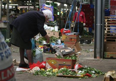 """Redazione di Operai Contro, In italia circa 14 mioni di persone vivono in miseria. Il gangster Renzi se ne frega Renzi e i suoi ministri si riempono allegramente il portafoglio vi invio un articolo Un pensionato ANSA """"Il 23,4% delle famiglie vive in una situazione di disagio economico, per un totale di 14,6 milioni di individui"""". Così l'Istat nel rapporto 'Noi Italia', sulla situazione nel 2013. L'anno prima comunque la percentuale era ancora più alta (24,9%). Tornando al dato più recente, circa la metà, il 12,4% dei nuclei, si trova in grave difficoltà. (Vedi anche allarme della Caritas) Le […]"""