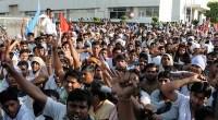 da http://www.infoaut.org/ Per attirare gli investitori in India, il primo ministro Narendra Modi propone di aumentare la flessibilità̀ lavorativa. Come dimostra l'importante sciopero del 2011-2012 alla Maruti-Suzuki, i giochi non sono del tutto fatti. Solidarietà̀ tra precari e dipendenti, rinnovamento sindacale: i giovani lavoratori resistono e sconvolgono il repertorio tradizionale della lotta in fabbrica. Sesto produttore mondiale con due milioni di autoveicoli costruiti nel 2013 (1), l'India spera di salire al quarto posto entro il 2016. La riforma del lavoro presentata a ottobre 2014 dal nuovo primo ministro Narendra Modi dovrebbe favorire un ritorno alla crescita pari a quella […]