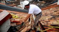 Redazione di Operai Contro, Il 1 Maggio 2015, 5 mila operai edili saranno licenziati Il gangster invitava all'ottimismo. Probabilmente farà costruire un altro ponte sullo stretto Le costruzioni assistono da 18 trimestri consecutivi, quasi 5 anni, ad una contrazione del numero degli occupati che non ha pari in altri settori economici. Secondo l'Istat, da fine 2009 al fine 2014 gli occupati persi sono 500.000, un quarto del totale. Da 1,96 milioni di occupati nel quarto trimestre 2009 si è infatti passati a fine 2014 a 1,45 milioni. Il settore ha vissuto il momento più drammatico nella prima parte del […]