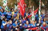 """Caro Operai Contro, le tutele crescenti di Renzi sono arrivate anche in Sardegna. 1.300 operai della Legler senza più cassaintegrazione bloccano la 131 dcn. La cronaca della protesta da """"Sardiniapost"""", avverte che: """"Se non si dovesse trovare una soluzione a questo problema nel Nuorese scoppierà una bomba sociale di grandi proporzioni"""". Saluti da un lettore Scoppia la protesta dei lavoratori del tessile nella Provincia di Nuoro. Questa mattina gli operai della Legler hanno messo in atto il primo blocco del traffico sulla statale 131 Dcn vicino a Siniscola, contro le mancate risposte da parte di Governo e Regione alla […]"""