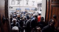 """Redazione di Operai Contro, il padre del ministro Boschi è un uomo onesto. Lo garantisce la figlia. Renzi ha dimenticato di citare nelle grandi conquiste del suo governo, il salvataggio dei banchieri e delle banche e l'inculata ai risparmiatori. Un Toscano di Pisa dal fatto quotidiano """"Ladri, ladri""""! Con questo grido un gruppo di risparmiatori truffati da Banca Etruriain protesta ad Arezzo ha cercato di entrare dentro la sede centrale dell'istituto dopo aver colpito con i pugni più volte la porta a vetri d'ingresso. Alcunihanno quindi provato a forzare anche il secondo accesso dopo aver guadagnato l'atrio, ma non […]"""