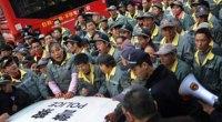 Secondo l'ong China Labour Bulletin – di Hong Kong – gli scioperi e le proteste a livello nazionale sono quasi raddoppiate nei primi 11 mesi del 2015 a 2.354 da 1.207 nello stesso periodo del 2014. Il Ministero del Lavoro cinese dice che 1,56 milioni di casi di cause sul lavoro sono state accettate per mediazione nel 2014, rispetto agli 1,5 milioni nel 2013. Nel silenzio generale, dunque, i lavoratori cinesi continuano quelle lotte che hanno caratterizzato gli anni scorsi, portando anche ad importanti risultati, sotto il punto di vista degli aumenti salariali e dei diritti sindacali. La Cina […]