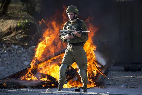 Redazione di Operai Contro, La protesta è esplosa nei Territori palestinesi dopo l'annuncio di Trump su Gerusalemme. Anche i capi politici d'Israele che avevano gioito alla dichiarazione del nazista Trump, si accorgono che i tempi sono cambiati. I Palestinesi hanno continuato la protesta, nonostante le due vittime a Gaza, oltre 750 feriti in Cisgiordania, I soldati d'Israele si accaniscono anche contro i bambini Palestinesi. I becchini dell'ONU sono intervenuti contro la decisione di Trump. Ma l'ONU non ha più nessun credito. E' l'organi<zzazione degli imperialisti al servizio degli USA Donald Trump su Twitter in riferimento all'annuncio di voler trasferire […]