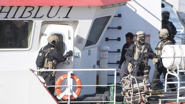108 emigranti salvati da una nave turca mentre si trovavano al largo della Libia, su un gommone in avaria, hanno deciso di non voler essere riportati in Libia da dove erano scappati. A Tripoli li aspettava un campo di concentramento, botte e torture. I più decisi di loro hanno chiesto al comandante di non essere riconsegnati ai loro aguzzini, hanno chiesto che la nave rivolgesse la prua verso nord, Italia o Malta poco importava, l'importante era non tornare da dove erano partiti. Il comandante fa quello che chiedono, l'opera di convincimento funziona, anche se il capitano per salvarsi dalle […]