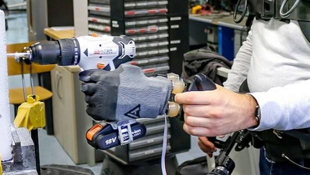 """Avere quattro braccia come il dio Visnù per svolgere i compiti più faticosi con il doppio della forza e la metà dello sforzo: il sogno di molti padroni diventa realtà , grazie al sistema robotico di arti sovrannumerari sviluppato all'Istituto Italiano di Tecnologia (Iit). Il dispositivo è formato da un imbrago indossabile, simile a uno zaino, a cui sono agganciate due braccia dotate di mani robotiche, cioè robot . I dispensatori della moderna tecnologia al servizio dei padroni sono serviti. """"Il più delle volte i robot vengono progettati per condividere l'ambiente di lavoro con l'uomo in sicurezza, evitando collisioni […]"""