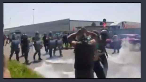"""Aggressione della polizia, manganellate, denunce, venerdi 14 giugno è toccato ai 170 licenziati della AF Logistic domani toccherà a qualunque operaio che vuol lottare seriamente contro il proprio licenziamento. Non si tratta di solidarietà ma di difendere noi stessi difendendo gli operai come noi. """"Momenti di tensione, minuti di tensione, tafferugli, portati via di peso gli scioperanti, alla fine è partito anche un lacrimogeno"""", questo è quanto scrivono le principali testate giornalistiche, tentando di minimizzare quella che in realtà è stata una vigliacca aggressione della polizia contro i 170 operai della cooperativa AF Logistic che stavano presidiando i […]"""