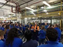 Alla Elettrolux la direzione aziendale anticipa le richieste sindacali, presenta una sua piattaforma con la giornata lavorativa da 8 a 9 ore, nuovi modi di produzione con gli operai che devono correre dietro ai robot fino a sfiancarsi.