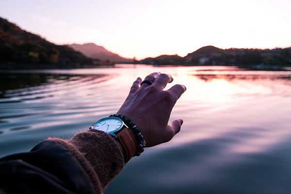 united-states-thousand-oaks-lake-sherwood-hand-sunset