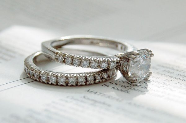 800px-Diamond_rings_photo_by_Jennifer_Dickert_(2)