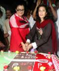 Fatima Bhutto birthday girl cuts cake with hundreds in Lyari