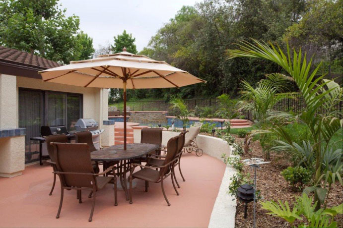 Domus Retreat opioid detox recovery center outdoor patio with patio furniture and pool