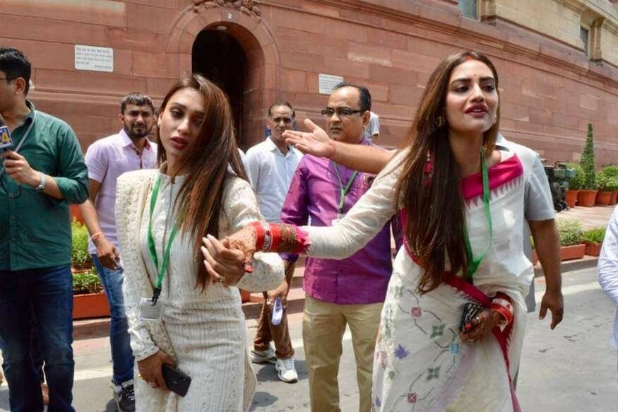 Lok Sabha MPs Nusrat Jahan and Mimi Chakraborty struggle their way out as media mobs them outside Parliament - Opindia News