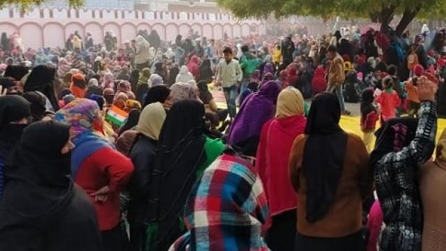 Muslim women raise azaadi slogans