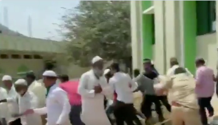 Belgaum, Karnataka: Police thrash people violating Coronavirus lockdown as they left Mosque after Namaaz