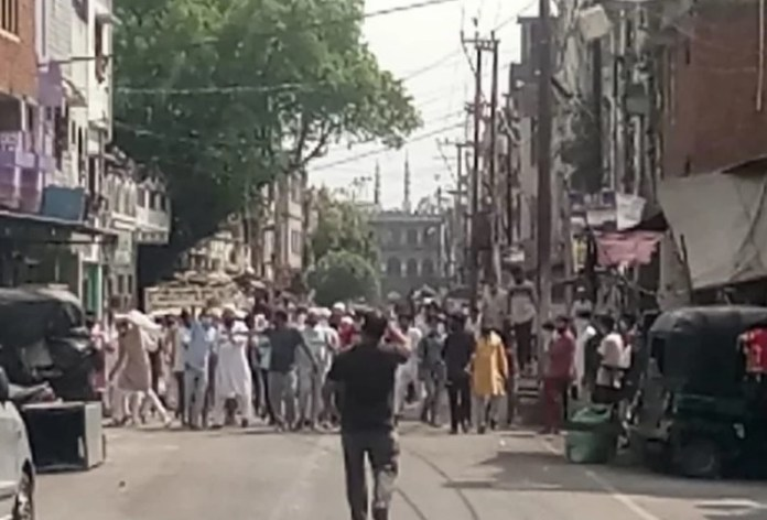 Hundreds of Muslims came out in Balbhoonpura, Uttarakhand to prevent authorities from quarantining an Imam